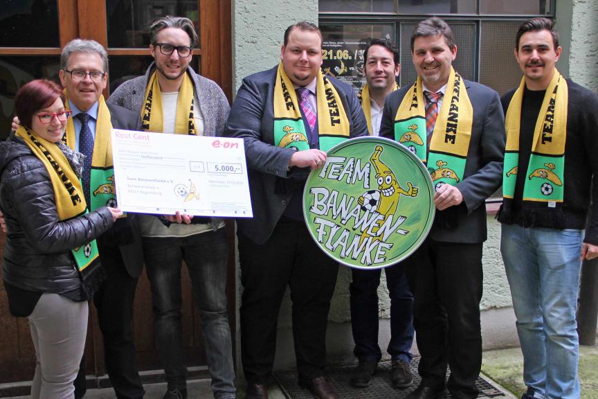 RestCent-Spende für den Regensburger Verein Team Bananenflanke