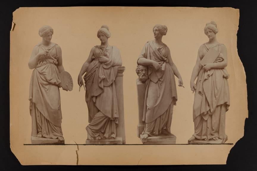 """Fotocollage av nygjutna takskulpturer, 1890-tal. Från vänster """"Måleriet"""", """"Arkitekturen"""", """"Skulpturen"""" och """"Grafiken""""."""