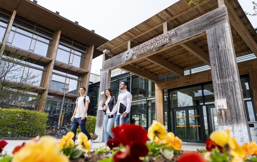 Studenter huvudentré MDH Västerås