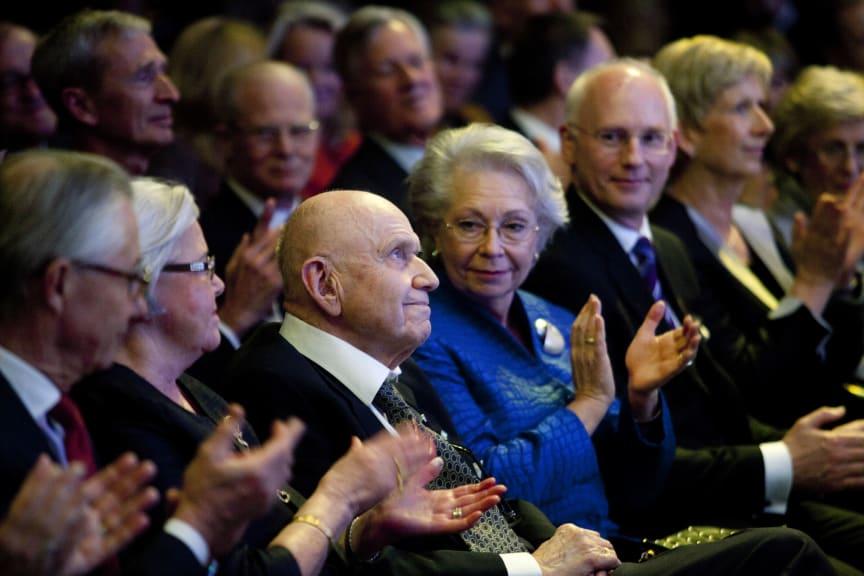 Jan Wallander, tidigare vd för Handelsbanken, applåderar 2012 års Jan Wallanderpristagare Sofia Lundström