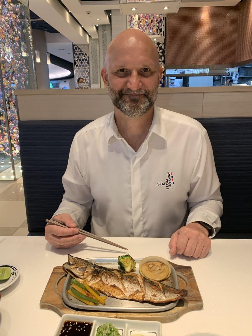 Sjømatutsending i Sørøst-Asia, Asbjørn Warvik Rørtveit, nyter norsk makrell på thailandsk restaurant