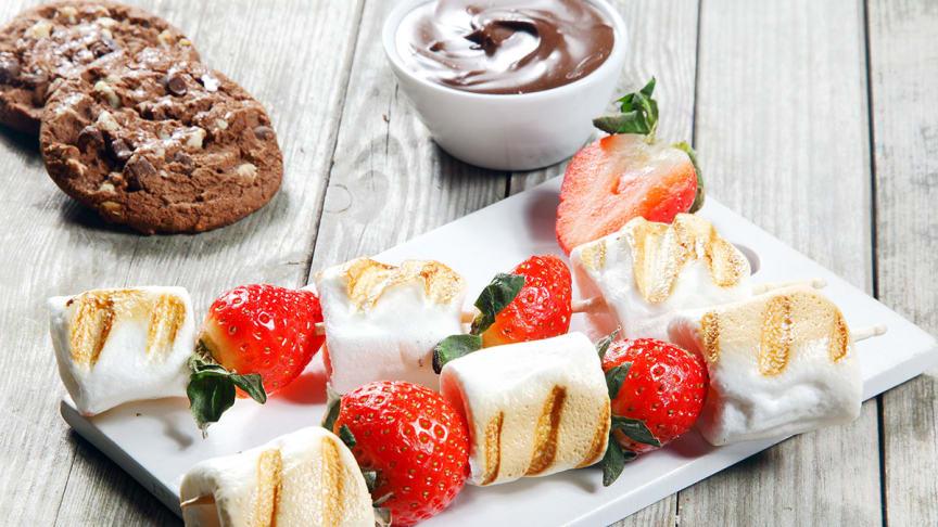 mnd-grillade-jordgubbs-och-marshmallowspett