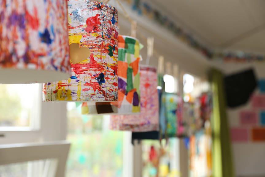 Die fertigen Kunstwerke hängen zum Trocknen an der Leine.
