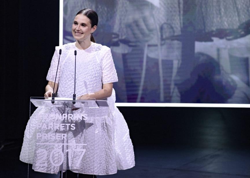 Beklædningsdesigner Cecilie Bahnsen modtager Kronprinsparrets Stjernedryspris for sit enestående beklædningsdesign, der udtrykker en klar forståelse for struktur, teknik og den enkelte detaljes samspil med helheden.