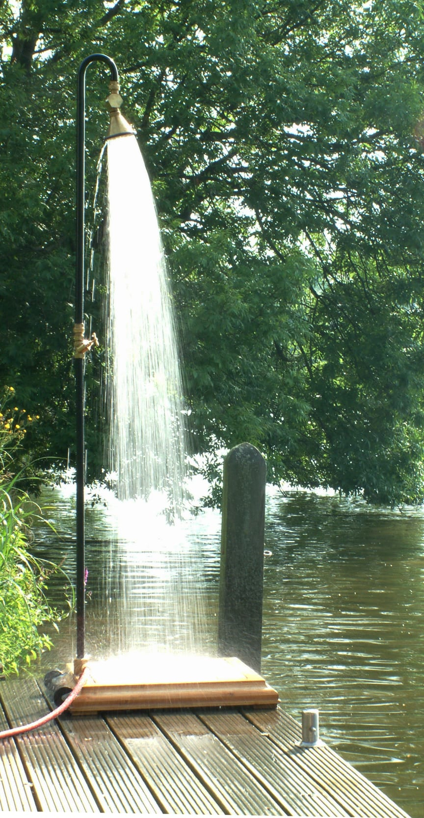 Utomhus dusch i trädgården eller på bryggan