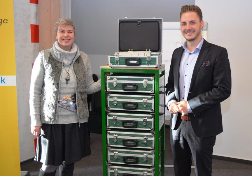 Birgit Zwicknagel vom Verein NH-HH-Recycling übergab den Lernzirkelwagen an Tobias Marschner, den Bayernwerk-Ausbildungsleiter in Oberbayern.