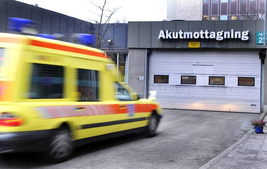 Ambulans på väg in till akutmottagningen