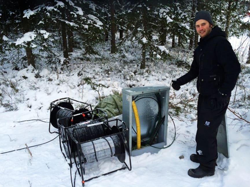 Niklas Eriksson på UmeNet vid avlämningspunkten mellan UmeNets fiber och SVT:s kamerafiber i Gammliaskogen under SM-veckan.