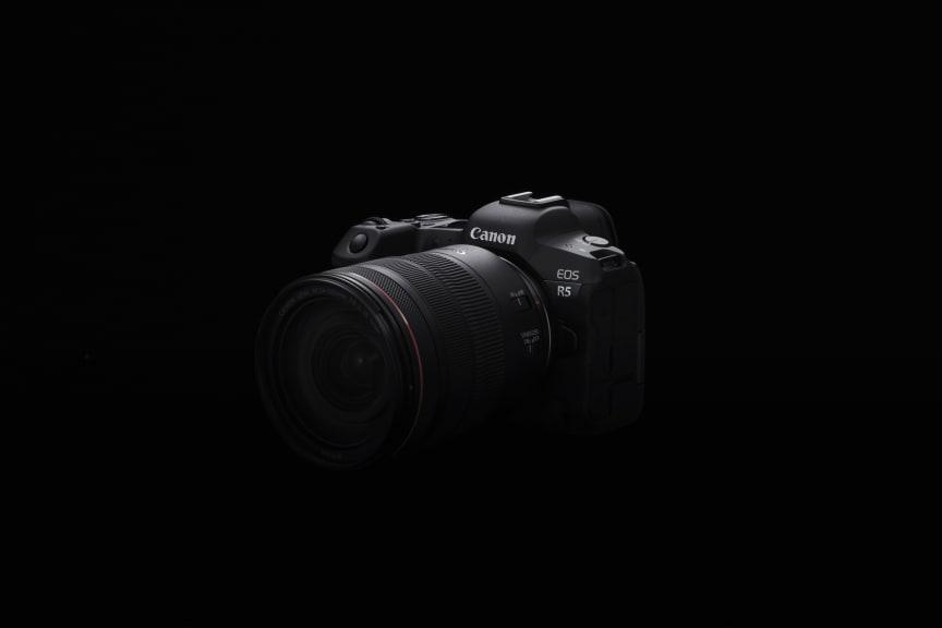 Canon EOS R5_BK_FrontSlantLeft_RF-24-105mm_F4LISUSM_2