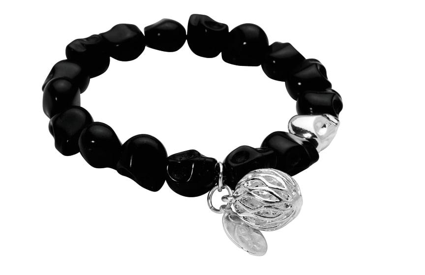 Dråpe - rocka armbånd med hodeskaller i fargen sort