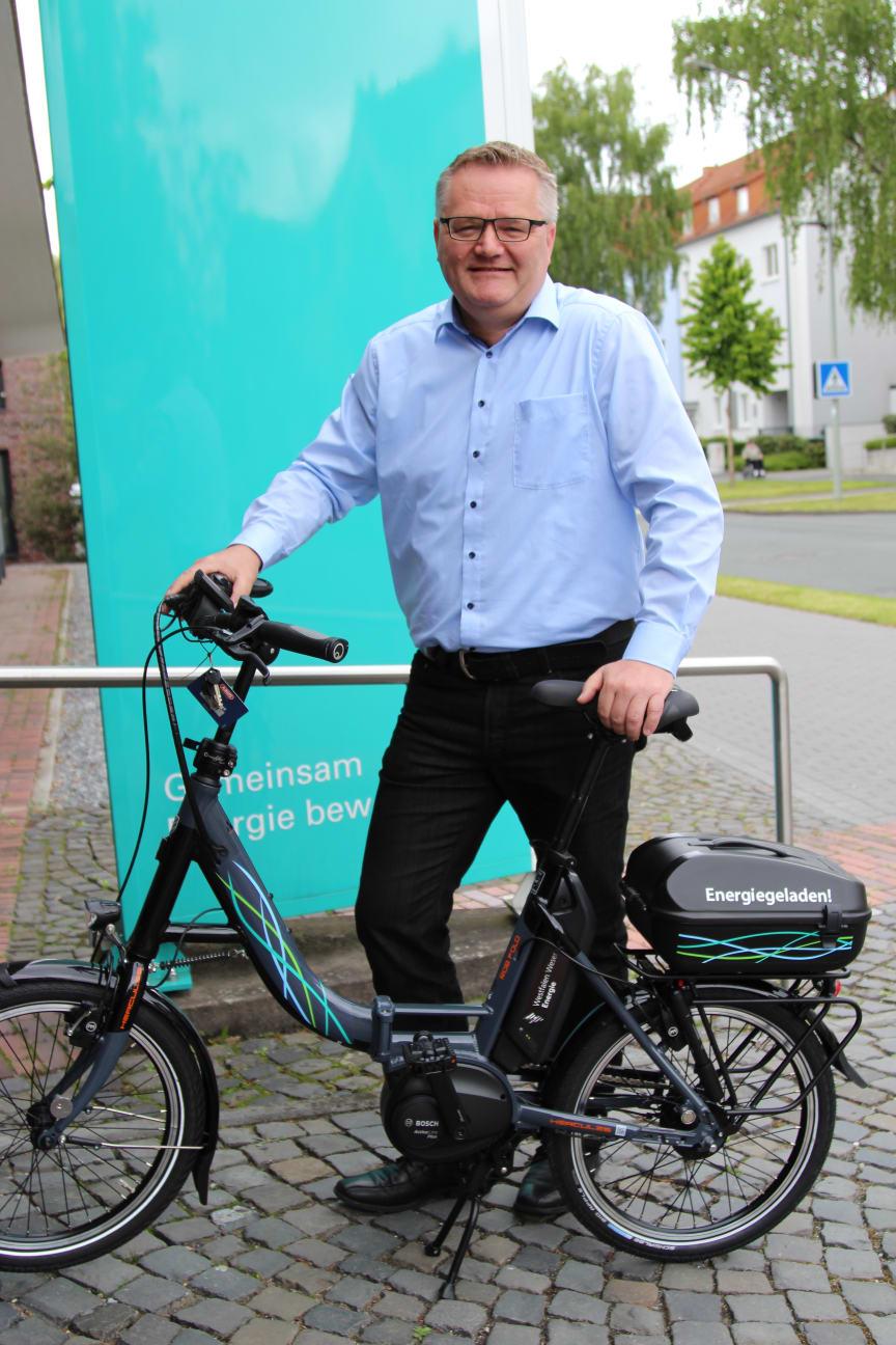 Markus Quickstern nimmt das Klapp E-Bike für die Schießsportgemeinschaft St. Hubertus Elsen entgegen.