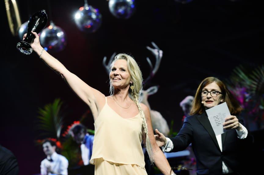 Årets Kvindelige Hovedrolle 2016 går til Benedikte Hansen for sin rolle som den sorgramte kvinde i 'Tørst', skabt af Abelone Koppel og fremført på FÅR302.