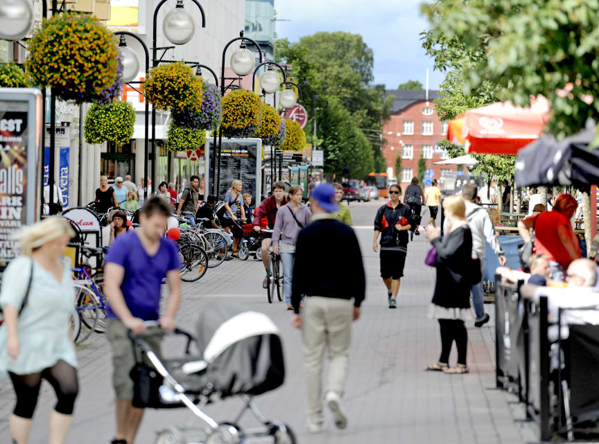 Människor i rörelse på Gågatan i Karlstad
