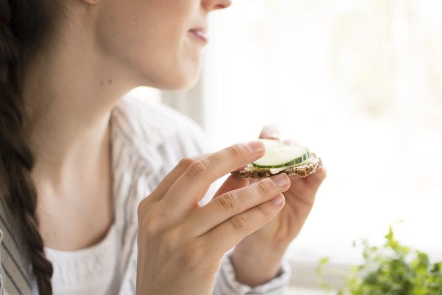 Tyttö ja leipä_HIRES