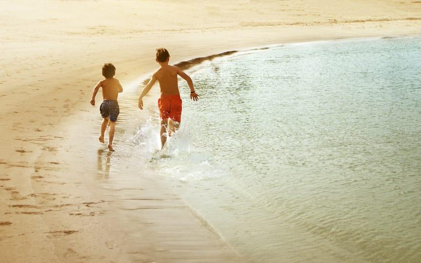 Børn på stranden i Dubai