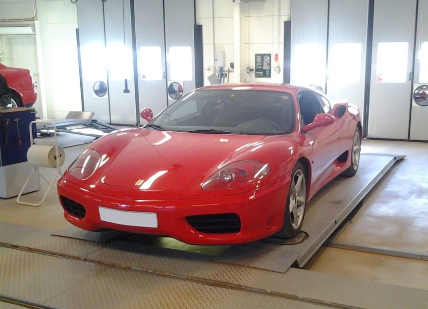 Ferrari besiktad hos Opus Bilprovning Kungsängen