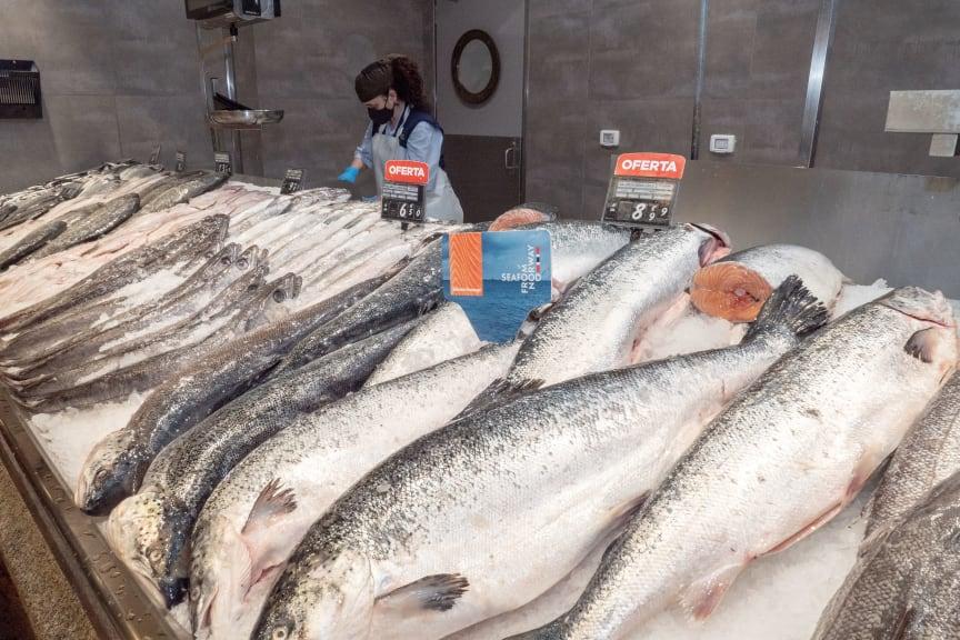 Fersk norsk laks i spansk fiskedisk