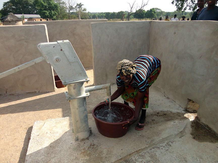 Kvinna i Diaféréla i södra Mali inviger den nya brunnen