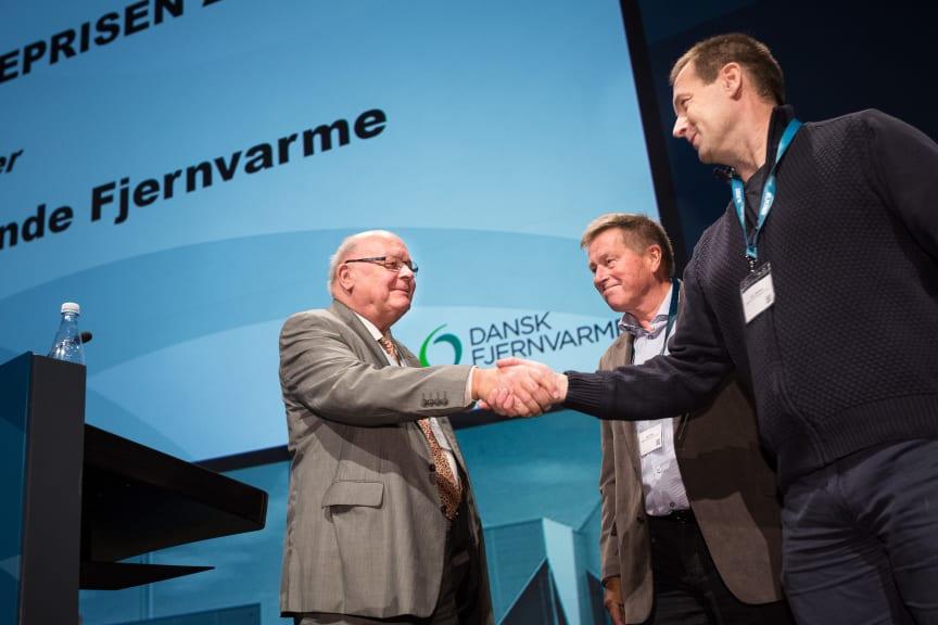 Uffe Bro, formand for Dansk Fjernvarme, siger tillykke til Slagslunde Fjernvarme