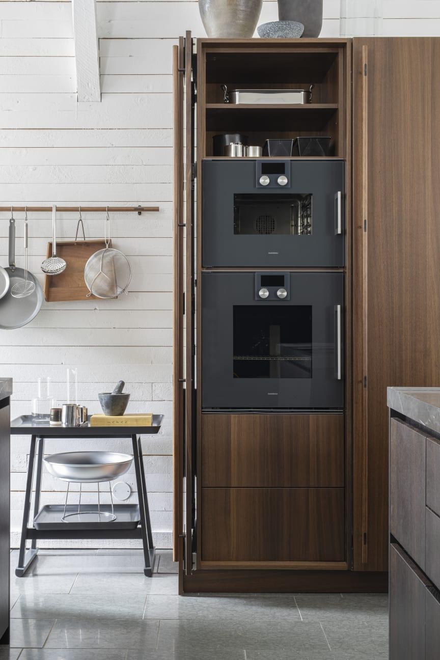 Højskabet, der blandt andet rummer ovn og dampovn, har praktiske og funktionelle pocket-låger, som giver optimal adgang til skabet.