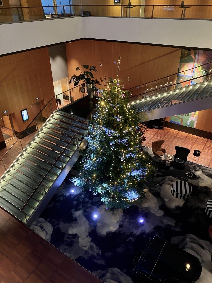 Ensomt juletræ på Clarion Hotel Copenhagen Airport