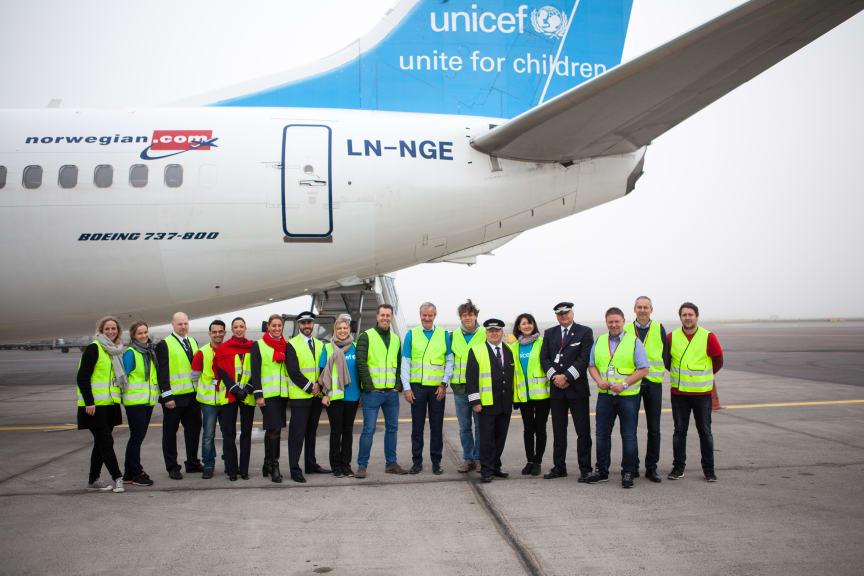 Group image of UNICEF and Norwegian's aid flight to Jordan