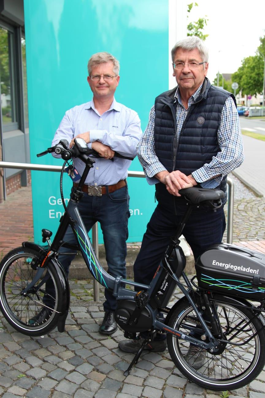 Frank Borgmeier und Hermann Lauhof freuen sich über das Klapp E-Bike für die Soldatenkameradschaft Kleinenberg (v.l.).