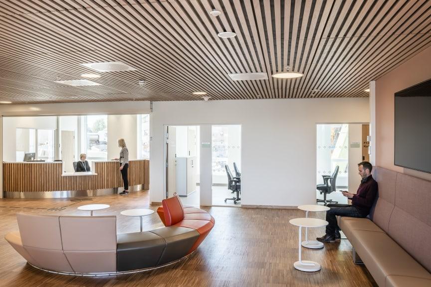 Resepsjonsområdet i det nye psykiatribygget ved Tønsberg sykehus. Foto: Hundven-Clements Photography