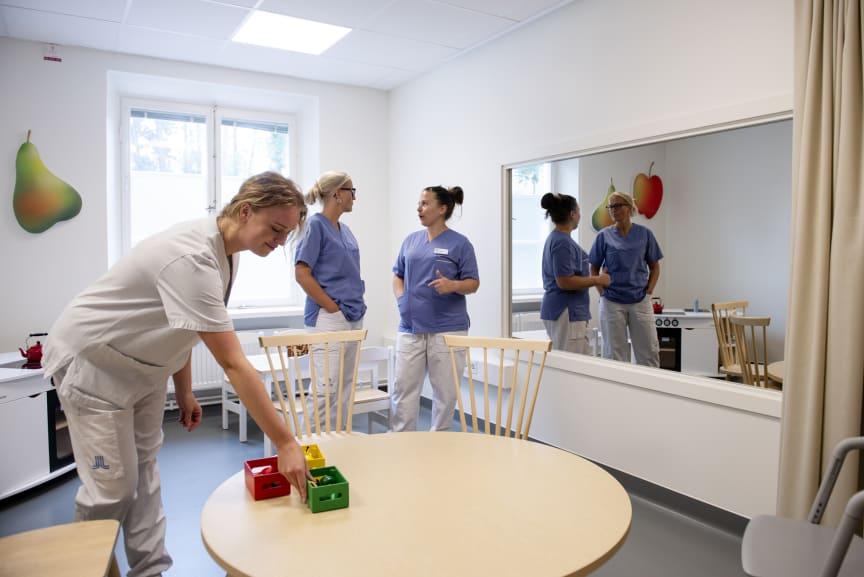 """One-way-screen-rum - ett rum med en """"polisspegel"""" som anhöriga och studenter m fl kan sitta bakom i ett annat rum och studera när barn med ätovilja blir tränade och får behandling."""