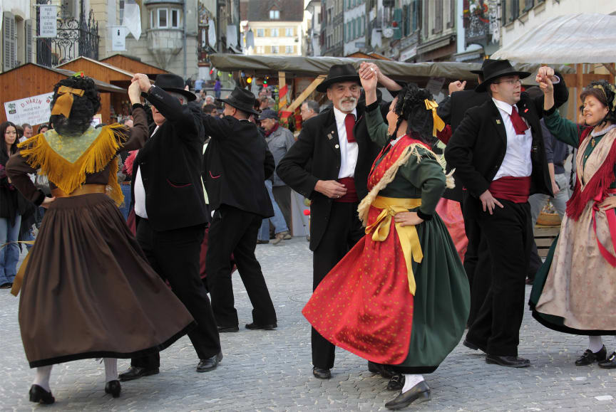 Tänzer auf dem Martinimarkt in Porrentruy (Jura & Drei-Seen-Land)