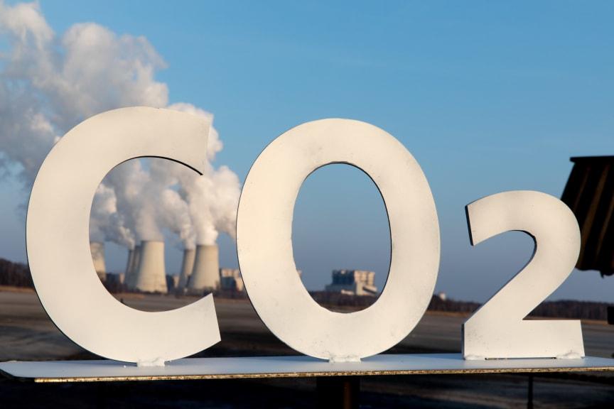 CO2-Tag 2018: CO2-Schriftzug vor Kraftwerk