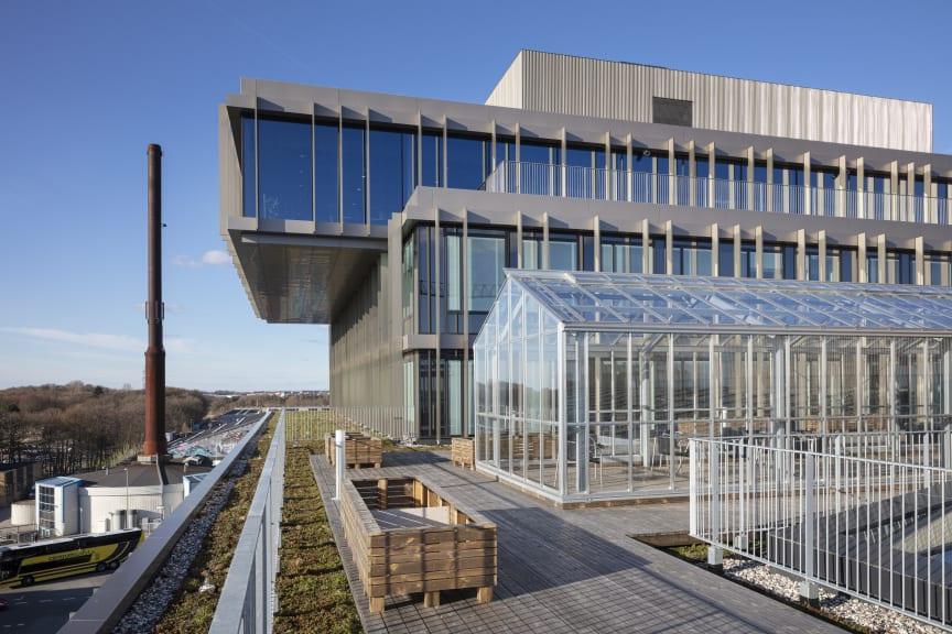 Der er udsigt over Aarhus fra terrassen på taget