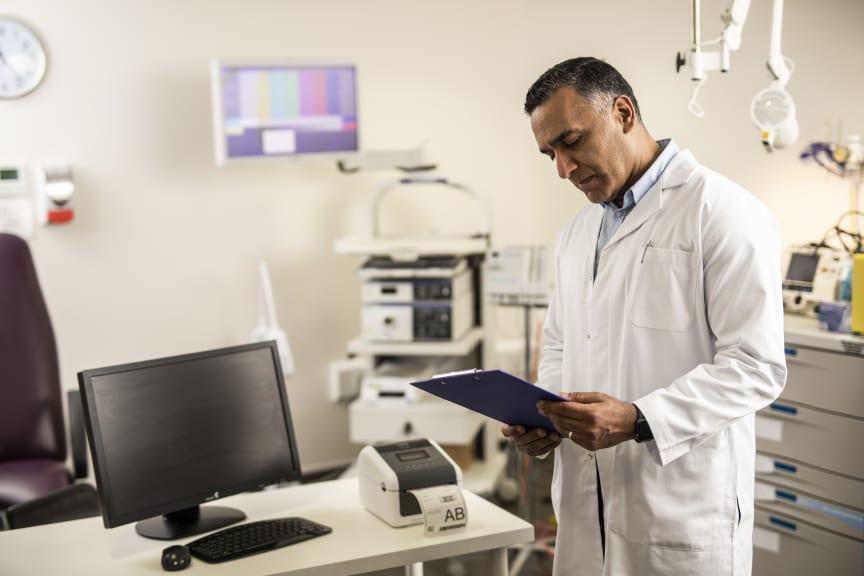 Læge der bruger en TD4-labelprinter
