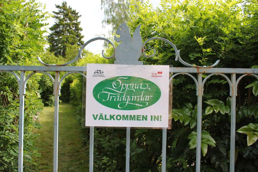 Öppna Trädgårdar på Mälaröarna och i Västerort välkomnar med en skylt på grinden.