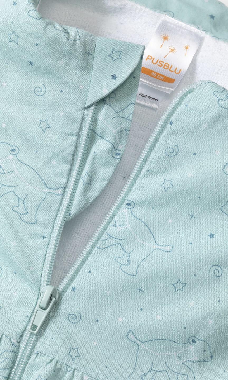 Detail am Halsausschnitt eines Schlafsacks der Kindertextilmarke PUSBLU von dm