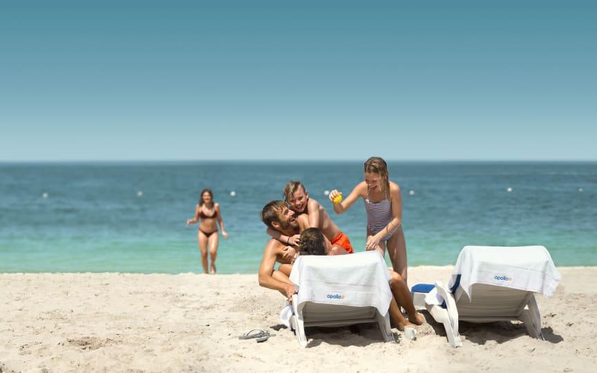 Familie hygge på stranden i Dubai / UAE