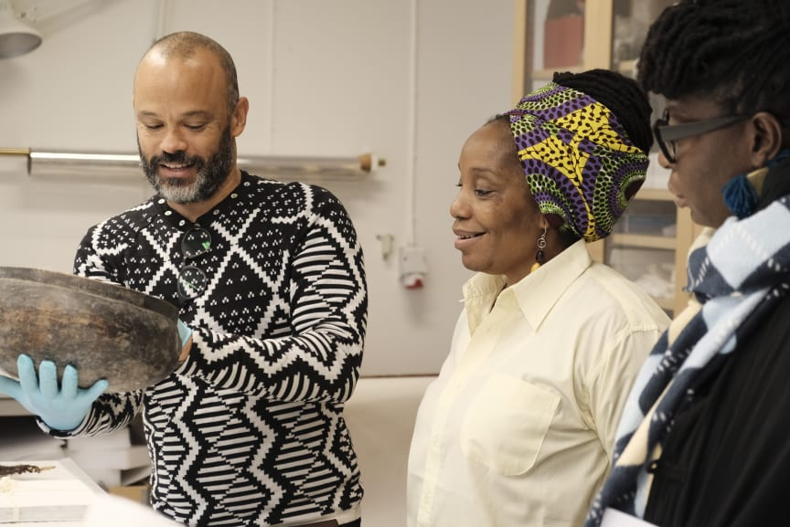 Afrikaintendent Michael Barrett med Mulenga Kapwepwe och Samba Yonga från Women's History Museum of Zambia.