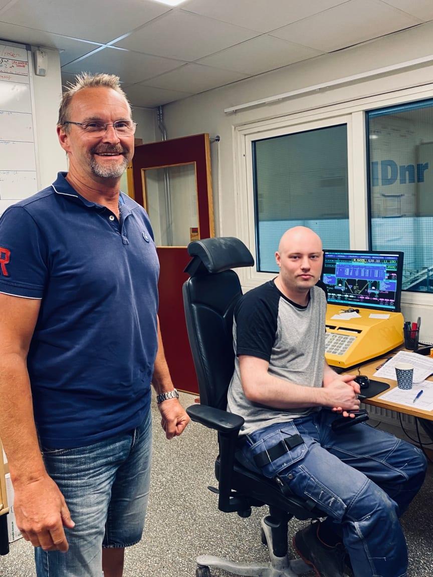 Anders Swennberg tillsammans med Oskar Fasth som sköter hanteringen av den helt digitaliserade blandarprocessen.