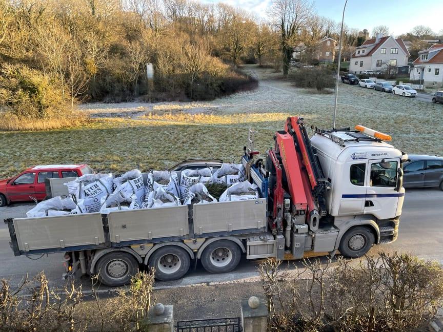 Returbagen-säckar upphämtade av lokal åkare på väg till återvinning
