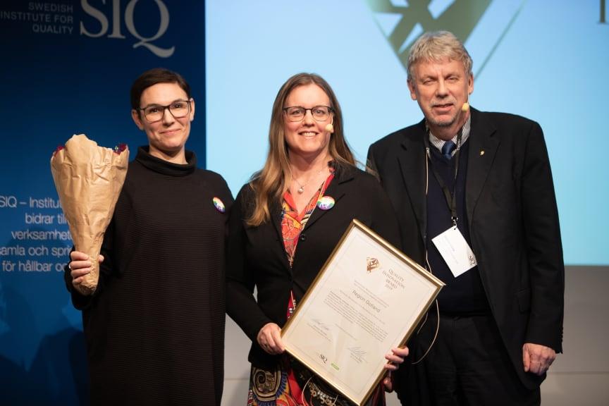 Lisa Lindell och Lisa Larsson på Region Gotland med prisutdelare Staffan Isling, vd SKR