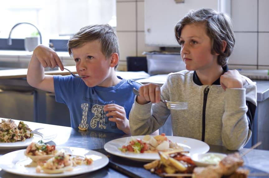 barn som spiser fisk1, Patrick SagenNSC