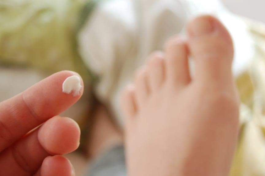 Ein Muss für Diabetiker: das tägliche Eincremen der Füße. Aber auch zwischen den Zehen?