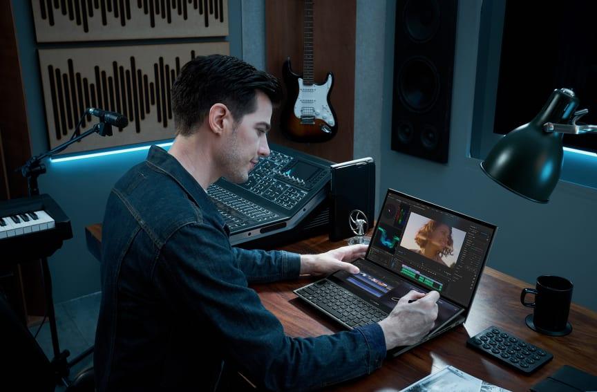ZenBook Pro Duo 15 OLED_UX582_Scenario photo_01.jpg