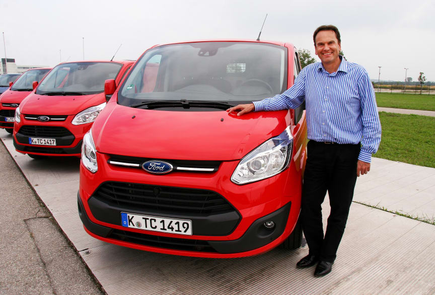 Adm. dir. Ford Motor Norge ved nye Transit Custom som nylig har blitt kåret til Internasjonal varebil for 2013.