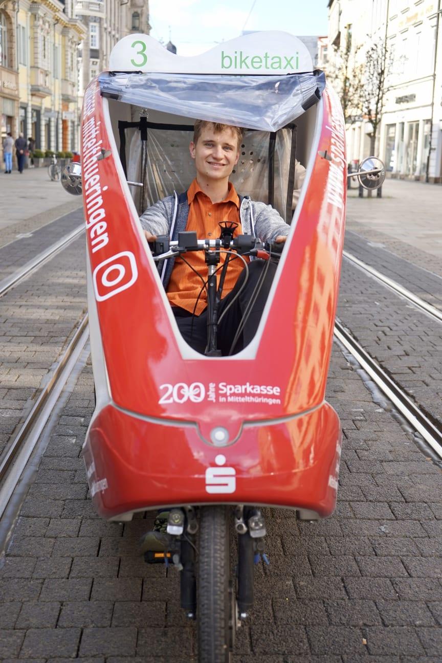 Gernot Gräbner in seinem biketaxi