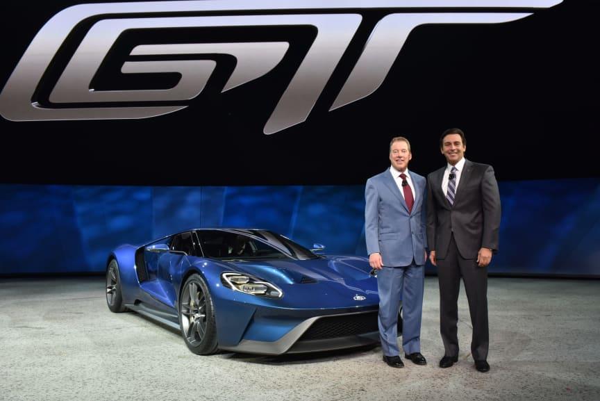Toppsjefen for Ford Motor Company Mark Fields og styreformann Bil Ford avduker nye Ford GT på den internasjonale bilutstillingen i Detroit
