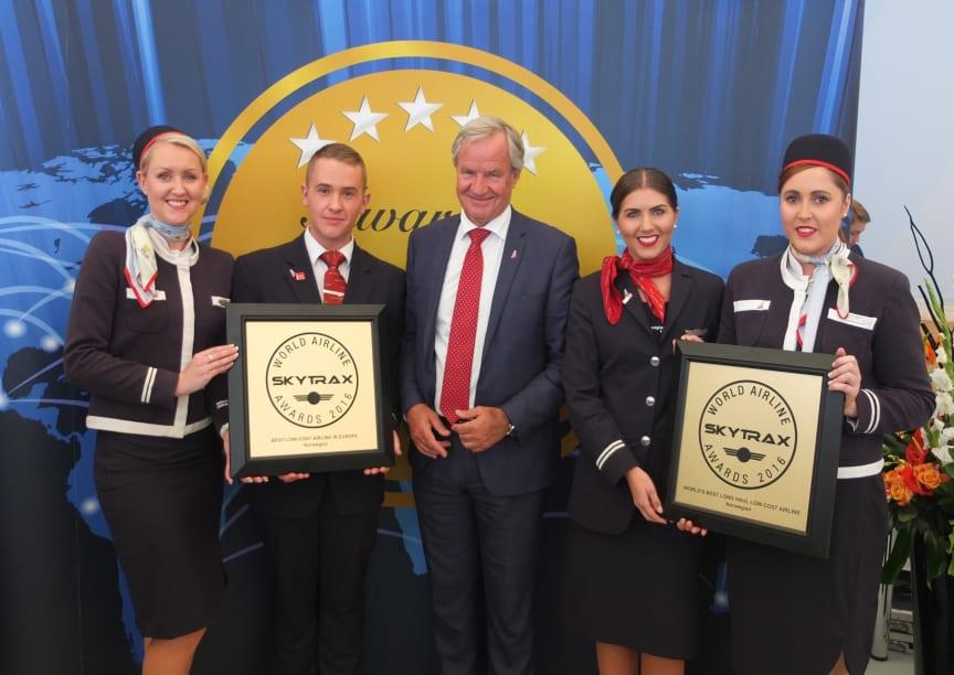 Administrerende direktør Bjørn Kjos og medarbeidere fra Norwegians base på London-Gatwick under årets SkyTrax World Airline Awards