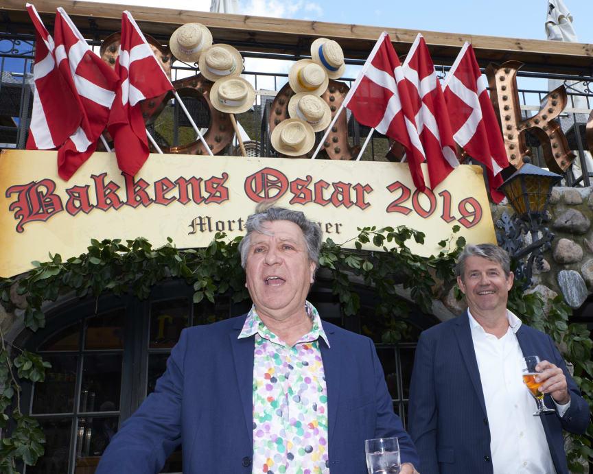 Modtager af Bakkens Oscar Morten Eisner i skål med Bakkens direktør Nils-Erik Winther
