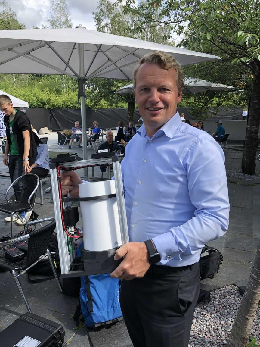 Jon Christian Hillestad, direktør for Telia Bedrift med 5G-modemet
