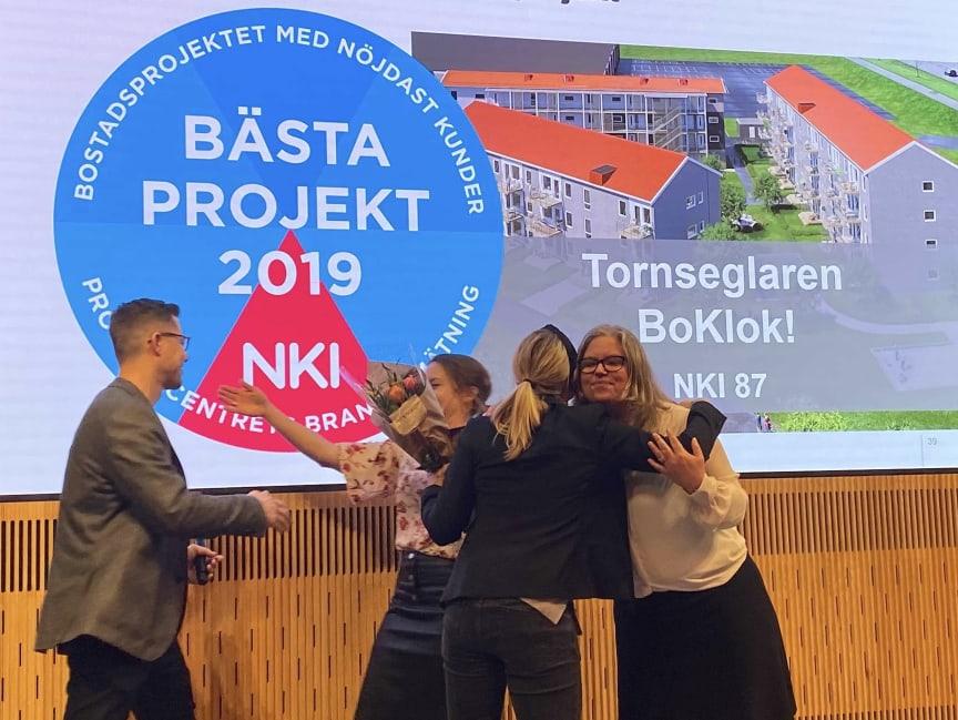 """Juvall Jungman och Maria Forssell från BoKlok tar emot priset för """"bästa projekt"""" vid Prognoscentrets NKI-seminarium 2020."""